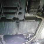 Nádrž uprostřed pod autem